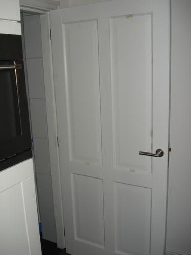 het schilderen van 8 paneeldeuren en kozijnen binnen huis