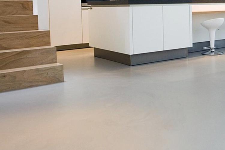 Gietvloer PUEpoxyschraaplaag licht grijs beton look