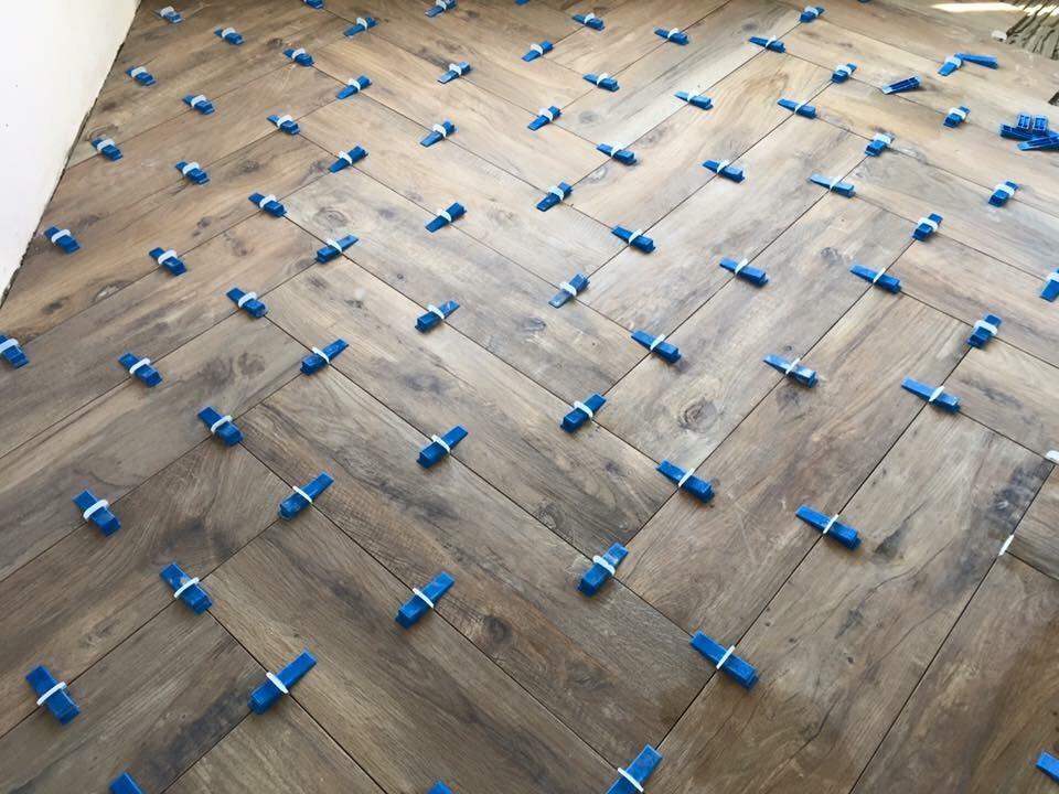 Woonkamer vloer tegelen keramisch parket visgraat 20x120