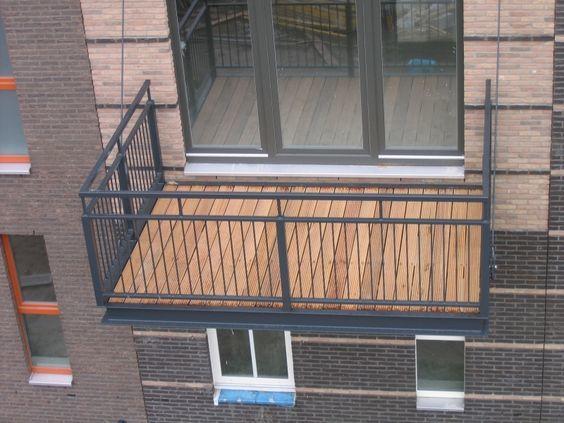 stalen galvaniseerde balkons met verdiepte houten dekken