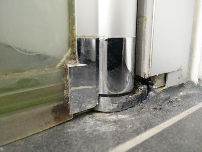 Vervangen onderkant scharnier Duscholux douchedeur  Werkspot