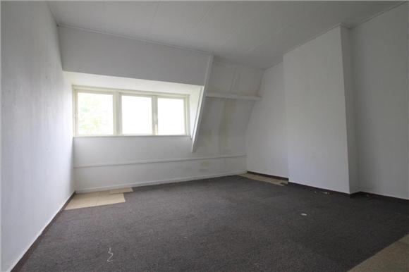 Schilderen muren woonkamerslaapkamer van lege woning
