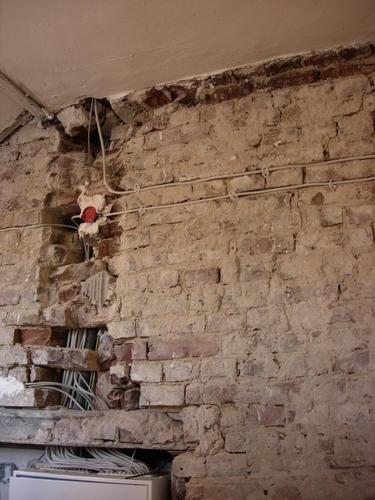 Glad stucen ruw stenen muur incl klein stukje metselwerk