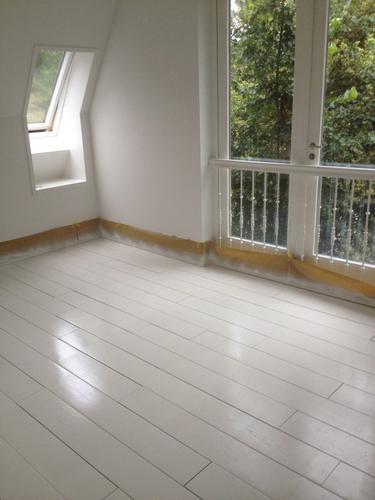 spuitenschilderen grenen houten vloer slaapkamer