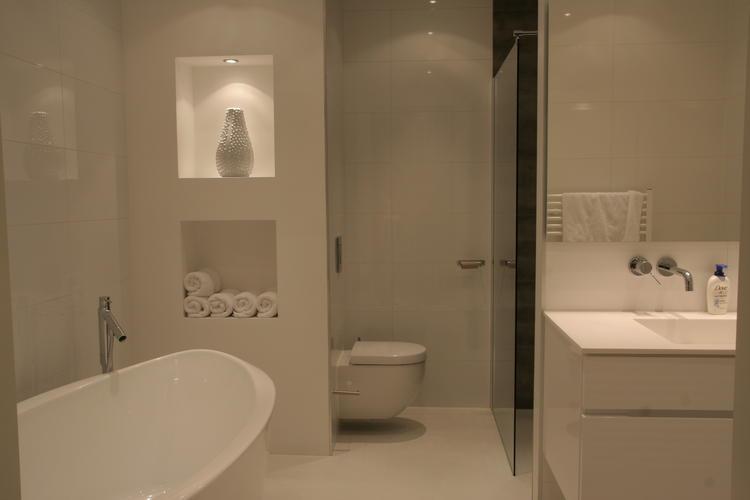 Herstel  opnieuw leggen gietvloer badkamer en bijkomende