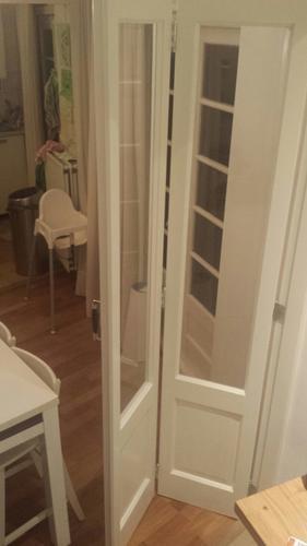 Houten vouwdeuren met glas maken en plaatsen in woonkamer