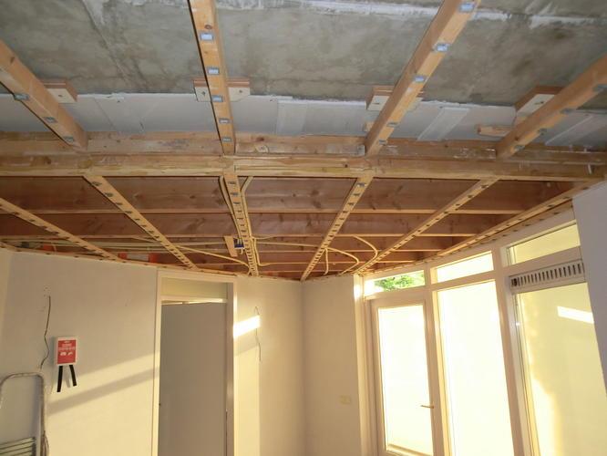 Verlaagd plafond stuccen saucen en voorbereiding