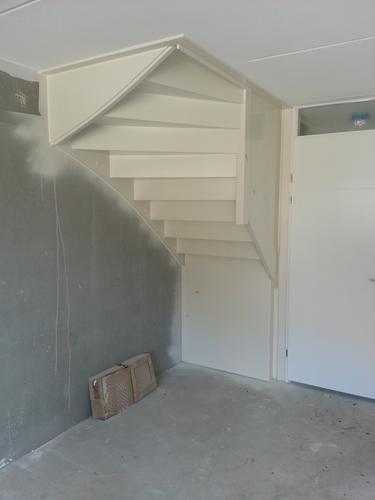 Maken van een trapkastvoorraadkast  Werkspot