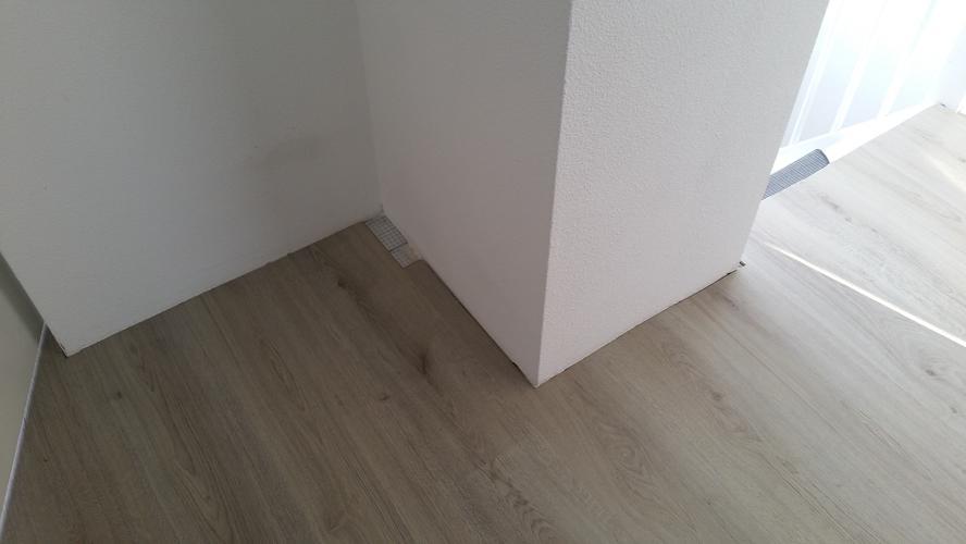 Afwerken laminaatvloer en plaatsen plinten en plakplinten