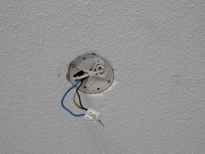 Lamp vast boren in betonnen plafond  verlengen electra