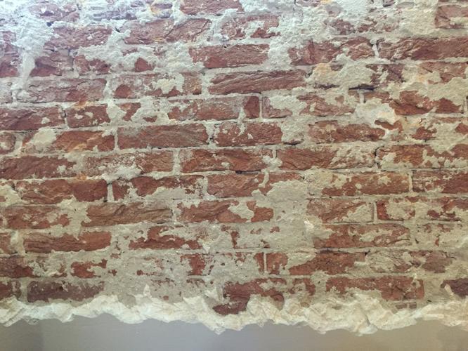 Muur metselen met oude stenen zodat de oude look komt met