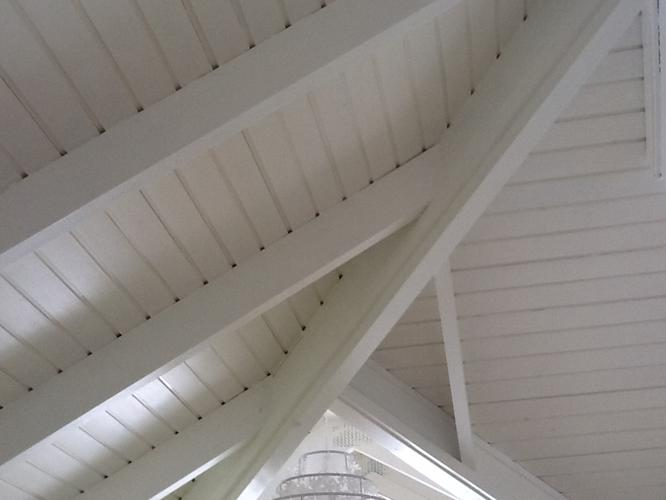 Houtwerk binnenzijde schuin dak wit schilderen  Werkspot