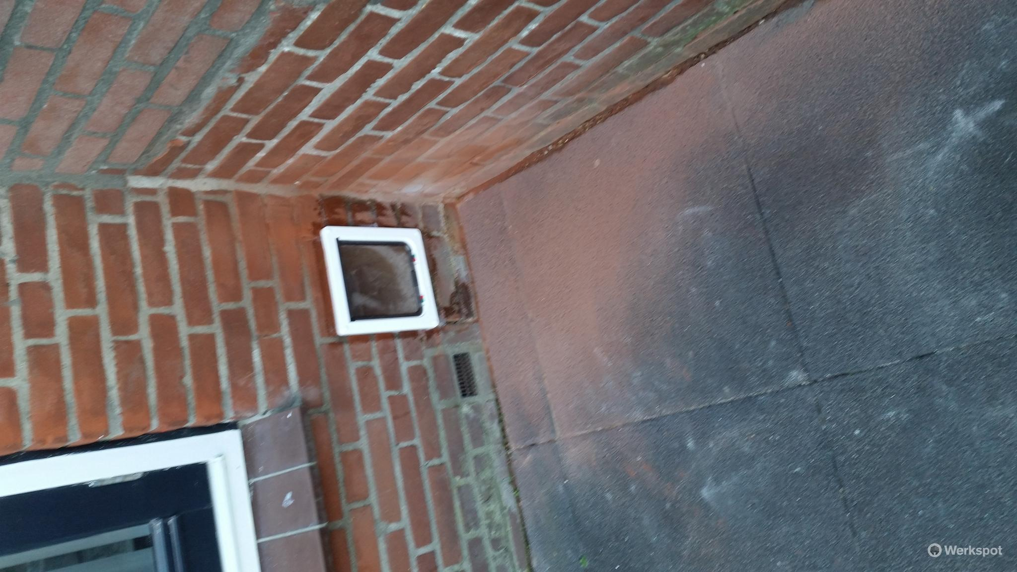 Plaatsen kattenluik muur  Werkspot