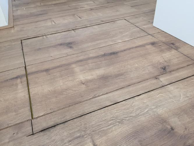 Goed afwerken van de laminaatvloer bij het kruipluik