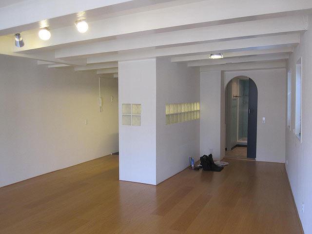 Schilderen balken van balkenplafond van wit naar zwart