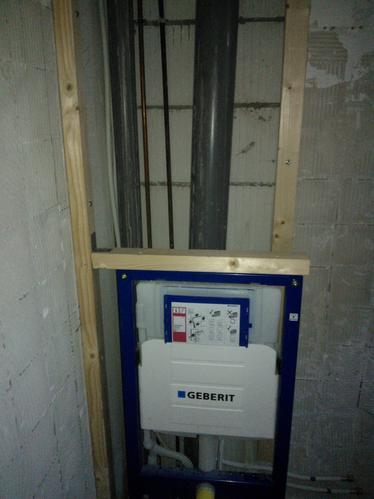 Frame hangtoilet aan muur bevestigen en ombouw maken van