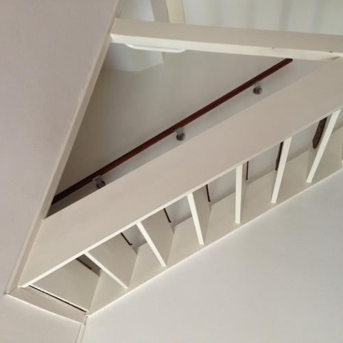 Open trap in woonkamer dichtmaken en nieuwe muur met deur