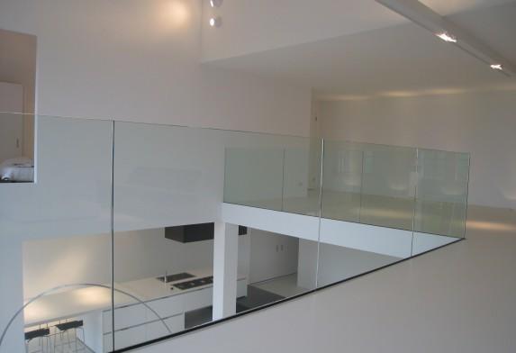 Glazen balustrade met rvs profiel in de vloer zonder