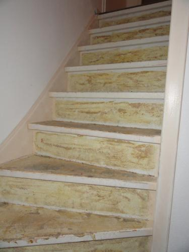 Open en gesloten trap bekleden met laminaat en witte
