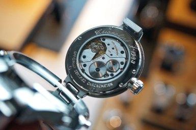 ETA-verket sørger for analog tidsvisning.