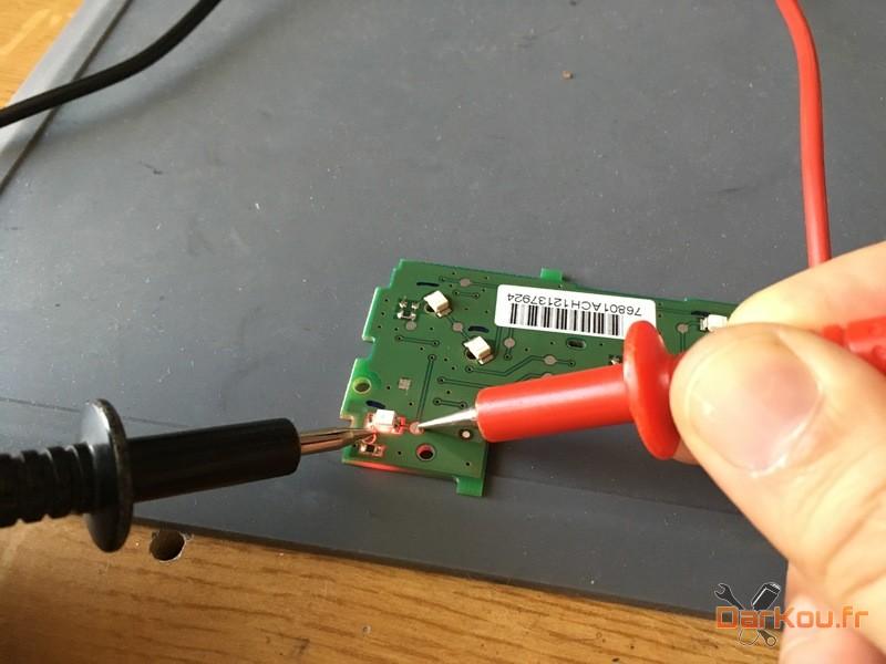 test d'une led une fois soudée sur le circuit de l'autoradio