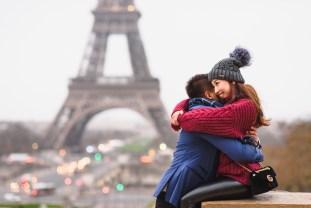 Париж фотосессия пары у Эйфелевой башни