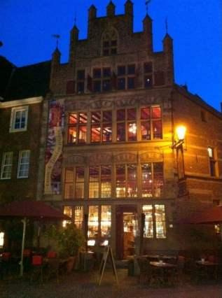 Gotisches Haus in Xanten - Bildquelle: https://i0.wp.com/s3-media4.fl.yelpcdn.com/bphoto/byOGdebWKXU5nRjgLekPHw/o.jpg?resize=317%2C426