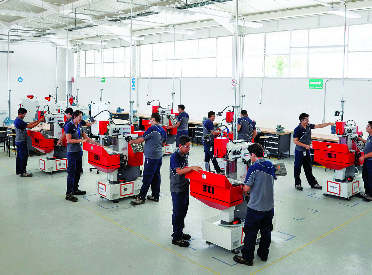 hight resolution of employees are trained to work in bmw s mexico plant which is counting on new methods and technologies for greater efficiency