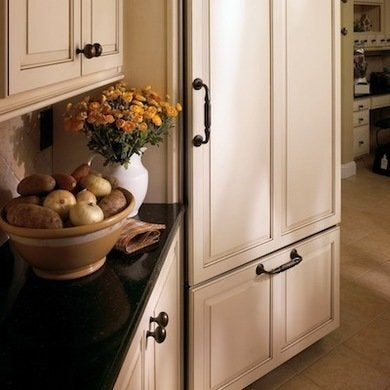 These Chunky But Graceful Oil Rubbed Bronze Knobs And Pulls Make A Stunning  Contrast Against Light Color Raised Panel Cabinet Doorsu2014itu0027s An Old World  ...