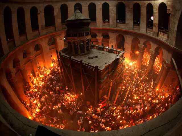 A cerimonia do fogo sagrado se dá num espaço bastante apertado