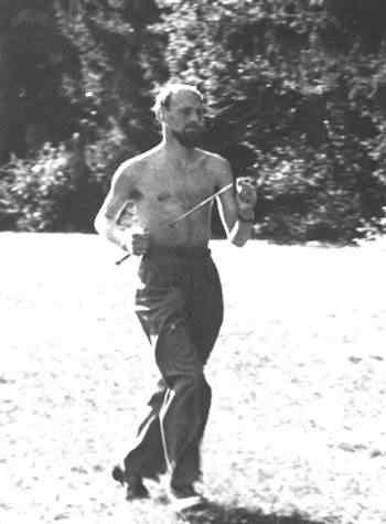 Fazendo cooper com uma espada atravessando o corpo