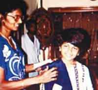 Purina Ekanayake em 23/09/1998 na Cidade de Bakamuna. No quadro ao lado, a menina relata vinte lembranças de sua vida passada, das quais quatorze foram confirmadas como fatos ocorridos com Jinadasa, identidade de Purnima em sua suposta vida anterior