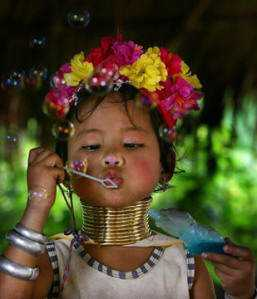 Uma mulher-girafa da Birmânia na infância