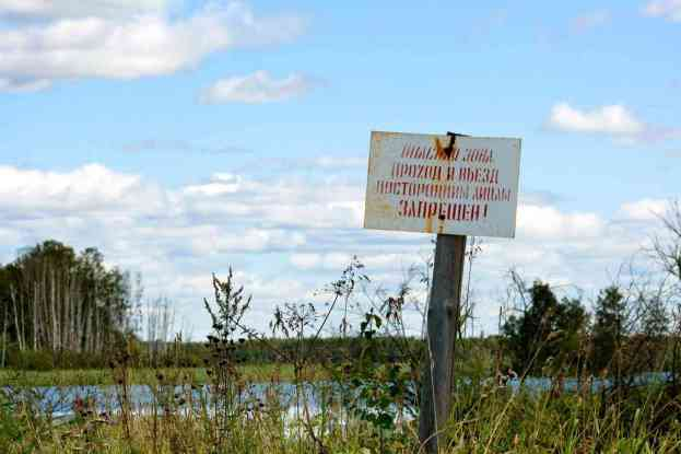 Placas avisam que nadar ou pescar no lago é suicídio