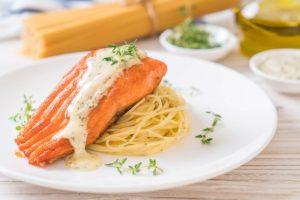 Filé de salmão sockeye e espaguete ao molho branco