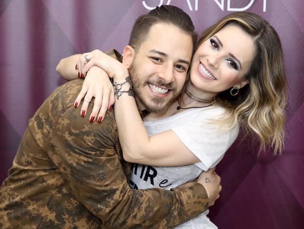 Sandy e Junior passam vergonha com turnê, Débora Nascimento mostra os seios, Marina Ruy Barbosa se rebela e posta foto íntima