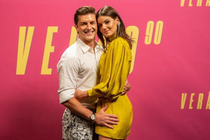 Casados, Klebber Toledo e Camila Queiroz comemoram primeiro encontro em Verão 90