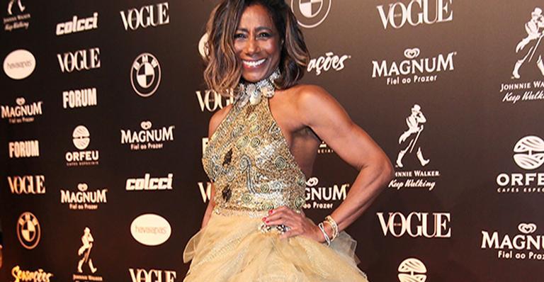 Glória Maria comparece ao Baile da Vogue, causa com bom estilo e chama atenção por conduta inesperada