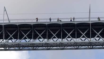 Porto bridge walkers