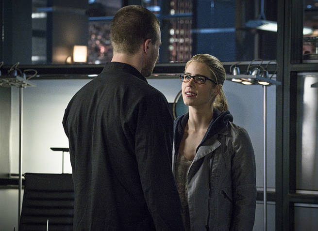 """Arrow -- """"My Name is Oliver Queen"""" -- Image AR323B_0282b -- Pictured (L-R): Stephen Amell as Oliver Queen and Emily Bett Rickards as Felicity Smoak -- Photo: Liane Hentscher/The CW -- © 2015 The CW Network, LLC. All Rights Reserved."""