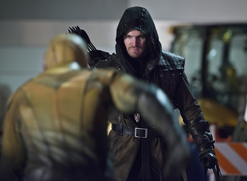 """The Flash -- """"Rogue Air"""" -- Image FLA122B_0425bc -- Pictured: Stephen Amell as Oliver Queen / Arrow  -- Photo: Diyah Pera/The CW -- © 2015 The CW Network, LLC. All rights reserved."""