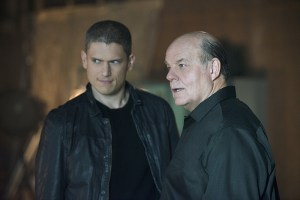 """The Flash -- """"Family of Rogues"""" -- Image FLA203b_0083b.jpg -- Pictured (L-R): Wentworth Miller as Leonard Snart and Michael Ironside as Lewis Snart -- Photo: Diyah Pera/The CW -- © 2015 The CW Network, LLC. All rights reserved."""