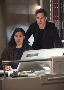 """The Flash -- """"Enter Zoom"""" -- Image FLA206C_0012b.jpg -- Pictured (L-R): Carlos Valdes as Cisco Ramon and Tom Cavanagh as Harrison Wells  -- Photo: Cate Cameron The CW -- © 2015 The CW Network, LLC. All rights reserved."""