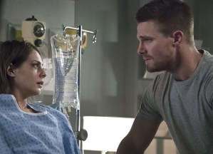 """Arrow -- """"Haunted"""" -- Image AR404A_0082b.jpg -- Pictured (L-R): Willa Holland as Thea Queen and Stephen Amell as Oliver Queen -- Photo: Katie Yu/ The CW -- © 2015 The CW Network, LLC. All Rights Reserved."""