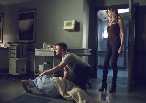 """Arrow -- """"Haunted"""" -- Image AR404A_0225b.jpg -- Pictured (L-R) : Willa Holland as Thea Queen, Stephen Amell as Oliver Queen and Katie Cassidy as Laurel Lance -- Photo: Katie Yu/ The CW -- © 2015 The CW Network, LLC. All Rights Reserved."""