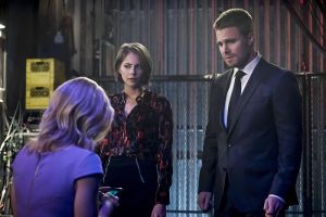 """Arrow -- """"Code of Silence"""" -- Image AR414b_0121b.jpg -- Pictured (L-R):  Emily Bett Rickards as Felicity Smoak, Willa Holland as Thea Queen, and Stephen Amell as Oliver Queen -- Photo: Katie Yu/ The CW -- © 2016 The CW Network, LLC. All Rights Reserved."""
