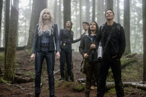 """The Flash -- """"Escape From Earth-2"""" -- Image FLA214b_0224b -- Pictured (L-R): Danielle Panabaker as Killer Frost, Candice Patton as Earth 2 Iris West, Grant Gustin as Earth 2 Barry Allen, Carlos Valdes as Cisco Ramon, and Tom Cavanagh as Harrison Wells -- Photo: Bettina Strauss/The CW -- © 2016 The CW Network, LLC. All rights reserved."""