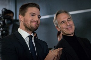 """Arrow -- """"Unchained"""" -- Image AR412B_0469r.jpg -- Pictured (L-R): Stephen Amell as Oliver Queen and Tom Amandes as Noah Kuttler/Calculator -- Photo: Liane Hentscher/ The CW -- © 2016 The CW Network, LLC. All Rights Reserved."""
