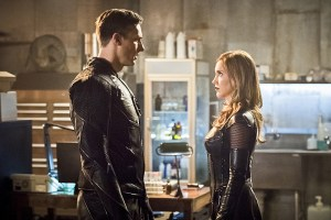 """The Flash -- """"Invincible"""" -- Image: FLA222b_0026b.jpg -- Pictured (L-R): Teddy Sears as Jay Garrick and Katie Cassidy as Black Siren -- Photo: Dean Buscher/The CW -- © 2016 The CW Network, LLC. All rights reserved."""