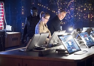 """Arrow -- """"Monument Point"""" -- Image AR421b_0016b.jpg -- Pictured (L-R): David Ramsey as John Diggle, Emily Bett Rickards as Felicity Smoak and Tom Amandes as Noah Kuttler/Calculator -- Photo: Dean Buscher/The CW -- © 2016 The CW Network, LLC. All Rights Reserved."""
